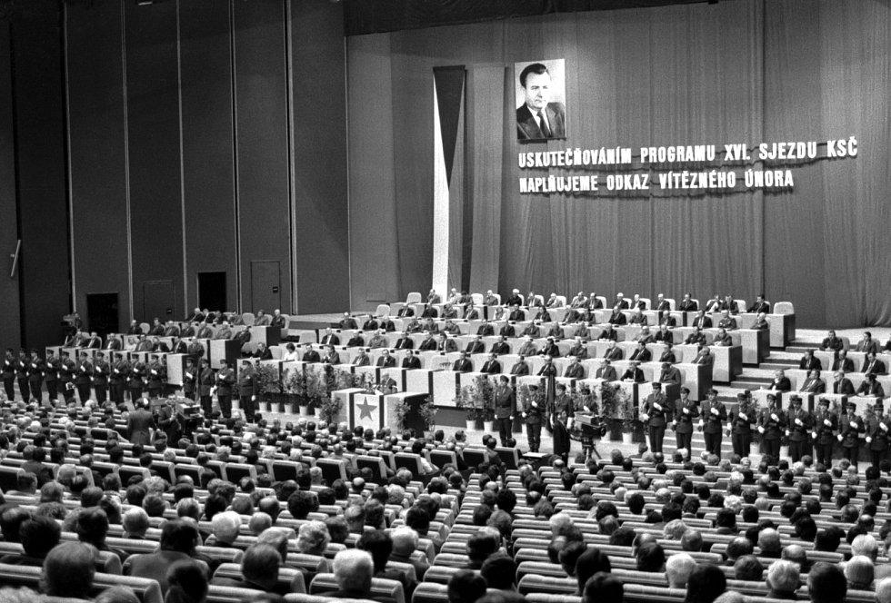 Slavnostním shromážděním vyvrcholily ve Sjezdovém sále Paláce kultury v roce 1983 Praze oslavy 35. výročí komunistického převratu.