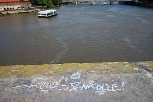 Neznámý vandal posprejoval 18. července 2021 část historického Karlova mostu v Praze.