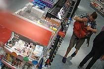 Lupič, který kradl v drogerii v pražské Spálené ulici.