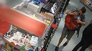 V pražské drogerii řádil nebezpečný lupič. Prodavači vyhrožoval s nožem v ruce