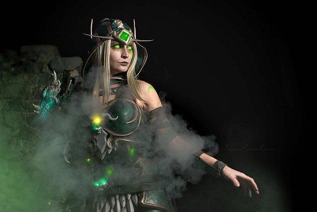 """Drobná světlovláska měla khrám a fantasy světu blízko odjakživa. Před dvěma roky se pustila do tvoření cosplay. Díky jejím převlekům se z """"holky zIT světa"""" stávají obrnění bojovníci nebo fantaskní Polednice. Jako Ghai cosplay má ve své sbírce několik př"""