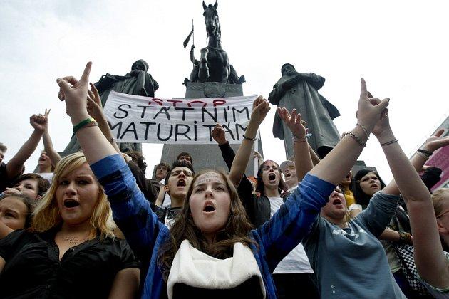 Několik tisíc studentů protestovalo 19. června v centru Prahy proti zavedení státních maturit.
