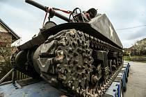 Přesun tanku Sherman z okraje Prahy na výročí osvobození do Plzně.