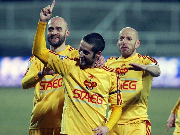 """PETR """"PEDRO"""" MALÝ se raduje po vstřeleném gólu se svými spoluhráči (zleva) Janem Vorlem a Patrikem Gedeonem. Teď už jim bude držet palce a asistovat jako vedoucí mužstva. Výkonnostní fotbal je už pro něj doživotní tabu."""