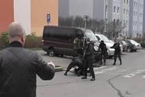 Muže, kteří podle nich mají na svědomí loupež se třičtvrtěmilionovou kořistí spáchanou 12. prosince večer před nákupním centrem v Hostivaři, dopadli pražští kriminalisté.
