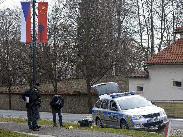 Pachatelé k poškození asi 50 vlajek i billboardů použili vyfouknutá vejce naplněná šedivou a modrou barvou.
