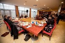Debata Pražského deníku, která začala na autobusové stanici na Veleslavíně a pokračovala na Terminálu 3 v hotelu Ramada 13. října v Praze.
