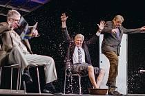 (Zleva) Herci Antonín Procházka, Karel Heřmánek a Zdeněk Žák v komedii Tři muži na špatné adrese v Divadle Bez zábradlí v Praze.