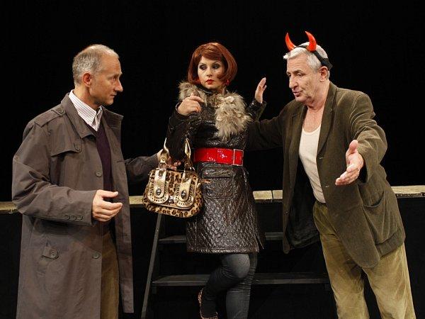 Herci (zleva) Josef Carda, Dana Morávková a Karel Heřmánek vúspěšném představení 2x Woody Allen vDivadle Bez zábradlí vPraze.