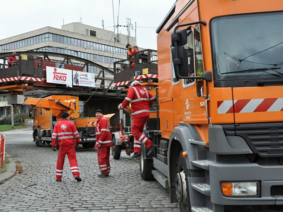 Od noci až do odpoledne byla ve čtvrtek 19. listopadu 2015 neprůjezdná křižovatka u holešovického Výstaviště, kde kamion strhl tramvajovou trolej. Dopravní podnik zavedl náhradní autobusovou dopravu X12.