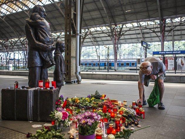 Lidé na Hlavním nádraží v Praze uctívali památku Sira Nicholase Wintona, který zemřel ve středu 1. července 2015 ve věku 106 let.