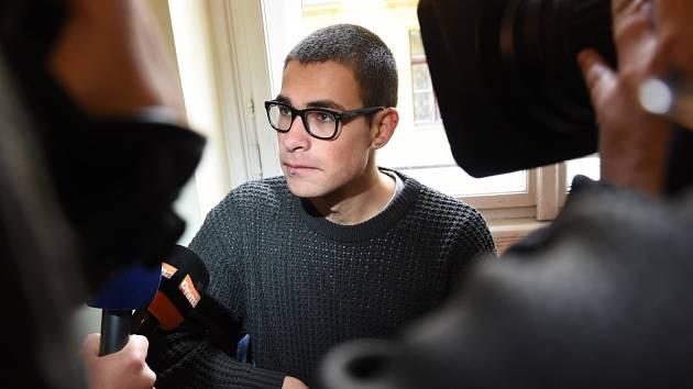 V tričku s nápisem Naší zbraní je solidarita předstoupil v úterý 26. dubna 2016 před Městský soud v Praze student z Ruska Igor Ševcov, který čelí obžalobě v souvislosti se žhářským útokem na dům ministra obrany Martina Stropnického.
