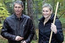 V rámci projektu Kořeny osobností vysadili ve venkovních expozicích trojské botanické zahrady své jasany několikanásobní olympijští vítězové Barbora Špotáková a Jan Železný.