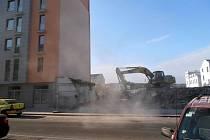 Proluka mezi ulicemi Jateční, Komunardů a Tusarova v Praze 7 vznikla zbouráním nižší zástavby.