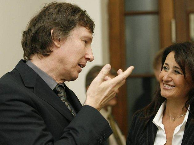 UŽ TO MÁ ZA SEBOU. Ladislav Hrabák se svou právničkou Dagmar Raupachovou právě prožívají chvíle radosti. Cejch vraha z obžalovaného muže odvolací soud sejmul.