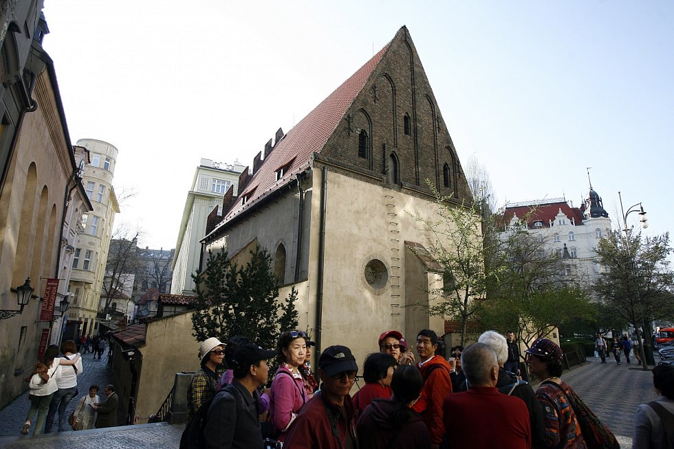 Staronová synagoga v Praze je jedna z nejstarších synagog v Evropě, která se stále používá k náboženským obřadům. Zároveň je jednou z nejstarších dochovaných synagog ve střední Evropě a také nejstarší dochovanou stavbou Josefova.