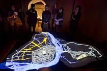 Exponátem výstavy je model města s takzvaným videomappingem (na snímku), tedy projekcí přímo na hmotu modelu, která ilustruje postupný urbanistický vývoj Nového Města pražského.