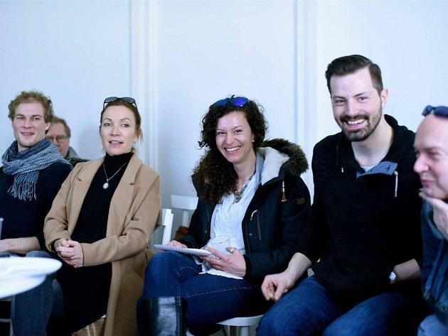 Herci divadla Rokoka se připravují na představení Čapek. Inspiraci čerpali v památníku Karla Čapka.