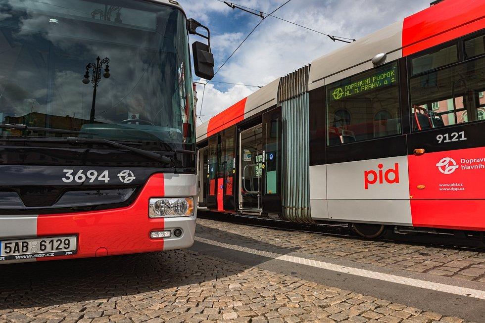 Tramvaj Škoda 14T v nové vizuální šedo-červené podobě Pražské integrované dopravy (PID). První vozem v nových barvách byl autobus značky SOR.
