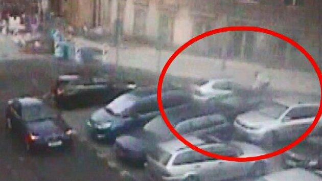 Jízda na kapotě kvůli parkovacímu místu v Praze