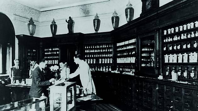 Lékárna U Černého orla. Dobová fotografie.