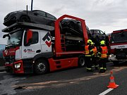Při srážce osobního vozu s kamionem na Pražském okruhu zemřel člověk, další byl vážně zraněn.