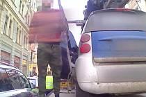 Mladík se snažil v centru Prahy zmařit odtah vozu tím, že vylezl na odtahovku a v autě se zavřel.