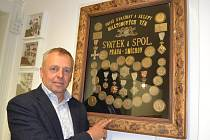 Medaile, které firma Herbadent před dávnými lety získala, jsou chloubou v kanceláři u Pavla Zavadila.