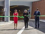 Pásku u vjezdu do tunelu Blanka v Praze společně přestřihli primátorka Adriana Krnáčová, její náměstek Petr Dolínek a arcibiskup Dominik Duka.
