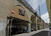 Za účasti premiéra Bohuslava Sobotky se na Masarykově nádraží uskutečnilo slavnostní zahájení rekonstrukce více něž 160 let starého Negrelliho viaduktu.