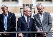 Slavnostní zahájení prvního ročníku tenisového Laver Cupu, které se konalo 20. září na Staroměstském náměstí v Praze. Bjorn Borg, Rod Laver a John McEnroe