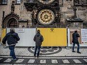 Novinářská prohlídka věže Staroměstské radnice v Praze před zahájením její rekonstrukce se uskutečnila 6. dubna. Začátkem příštího týdne kolem historické budovy začnou stavět lešení. Od května pak turistům nebude přístupná věž radnice.