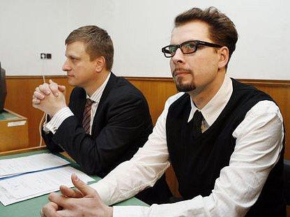 PAN NETEČNÝ. U hlavního líčení David Brudňák (vpravo) mlčel a téměř se nepohnul.