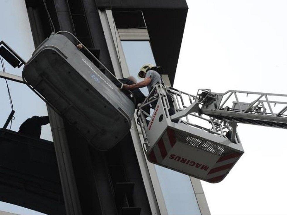 V koši utržené plošiny uvízli dva lidé v Římské ulici na pražských Vinohradech.