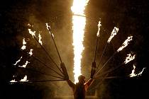 Zahájení mezinárodního festivalu nového cirkusu a divadla Letní Letná na Pražské Letné. Na snímku vystoupení souboru Burnt Out Punks.