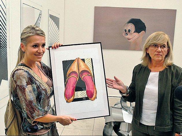 Zpěvačce Daře Rolins udělala darovaná malba z dílny Xénie Hoffmeisterové velikou radost.