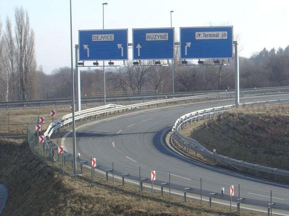 Mimoúrovňová křižovatka Přední Kopanina, odkud má pokračovat Pražský okruh k Suchdolu.