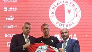 Předseda představenstva fotbalové Slavie Jaroslav Tvrdík (vlevo), záložník Tomáš Souček (uprostřed) a sportovní ředitel klubu Jan Nezmar