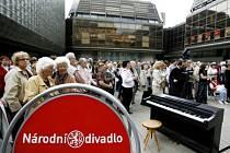 Na piazzetu Národního divadla se přišly podívat stovky lidí na komponovaný program k výročí položení základního kamene.