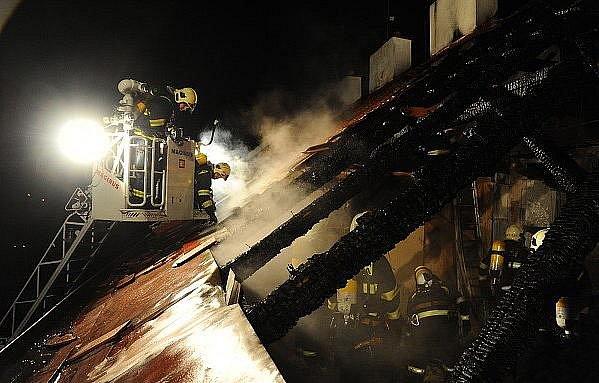 Třicet lidí, mezi nimiž byly i čtyři rozespalé děti, a také několik zvířat, vyhnal v noci na úterý z postelí a z vyhřátých pelíšků rozsáhlý požár v posledním patře obytného domu na pražském Smíchově.