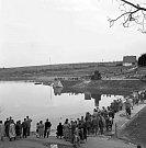 Přehrada – Přehrada postavená národním podnikem Armabeton začala být naplňovaná již v polovině roku 1963, ale proces to byl zdlouhavý a trval až do roku 1964.