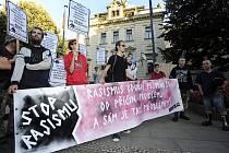 Účastníci demostrace proti rasismu a sociálnímu vyloučení očekávají před budovou Úřadu vlády příchod účastníků protiromských demonstrací ve Varnsdorfu, kteří přijeli 1. října do Prahy demonstrovat proti obrácené diskriminaci.
