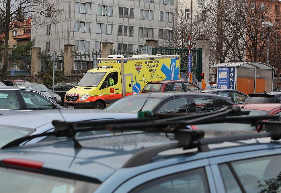 Parkování aut v nemocnicích.