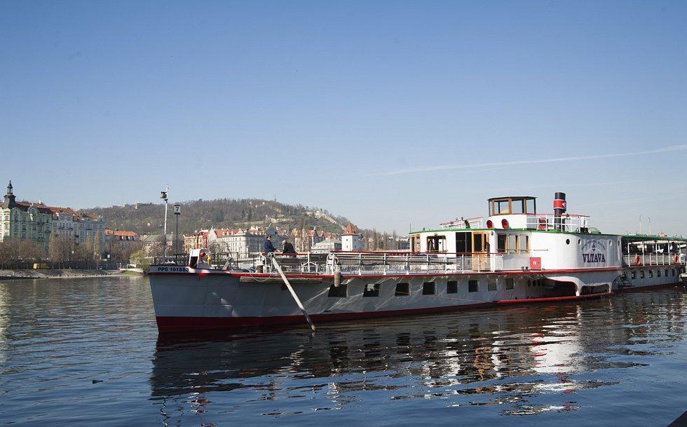 Ilustrační foto lodí na Vltavě.