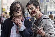 Zombie na pražském Smíchově! Nevěříte v zombie bytosti? Vizážistky dokázaly přítomné během několika minut nalíčit k nepoznání a zombie proměna byla dokonalá.