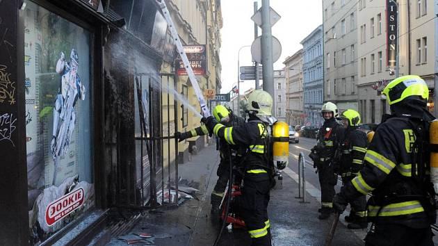 Požár výlohy obchodu.