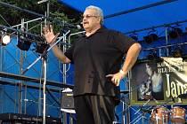 BARRY DOLINS příští rok oslaví 65. narozeniny. 25 let je ženatý a 27 let byl pořadatelem největšího volně přístupného open air festivalu na světě Chicago Blues Festivalu. O víkendu přijede na pražské United Islands.