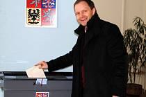 V sobotu krátce po 12. hodině odvolil také senátor za ČSSD pro Rakovnicko a Lounsko Marcel Chládek. K volební urně dorazil se svoji ženou a dcerkou.