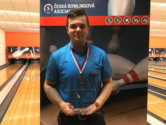 Bowlingář Tomáš Plechata s trofejí z mistrovství České republiky za první místo mezi kadety do 21 let