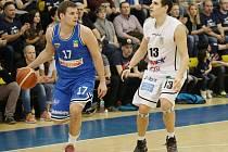 """""""Jsme tým, který se opírá o obranu. Dostat za první čtvrtinu 26 bodů je moc,"""" řeklo po duelu křídlo USK Jaromír Bohačík (u míče)."""